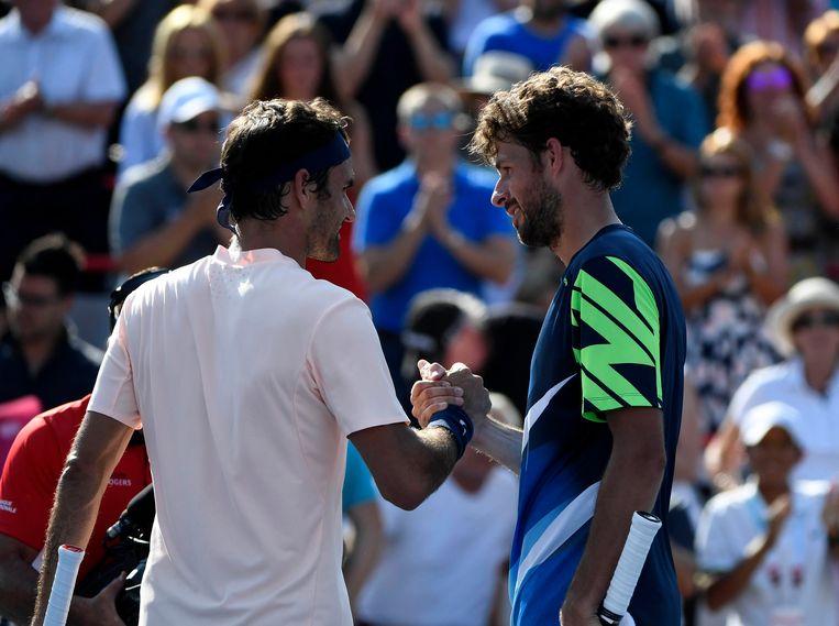 Haase (rechts) feliciteert Federer met diens overwinning. Beeld Photo News