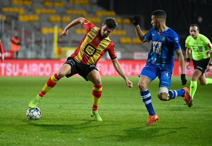 Jordi Vanlerberghe in duel met Tarik Tissoudali van AA Gent.