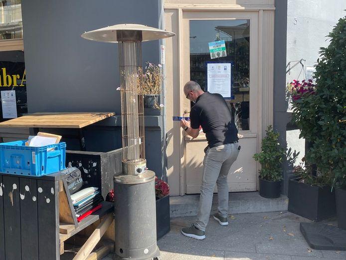 De politie doorzocht het café Zibra Anr en verzegelde dan de toegang.
