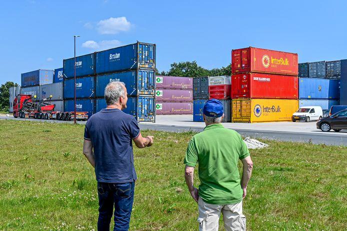 Buurtbewoners ergeren zich groen en geel aan de zeecontaineropslag van KOV Transport in hun directe nabijheid.