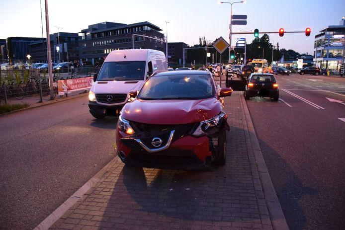 Aan de Nieuwe Gouwe O.Z. in Gouda kwamen donderdagavond een motorrijder en een automobilist in botsing