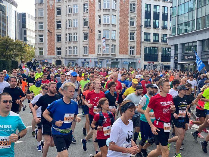 Ruim 20.000 lopers verschenen zondagochtend aan de start van de '20 kilometer door Brussel' in het Jubelpark.