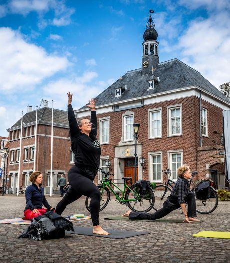 Rekken en strekken op het Ridderplein in Gemert: 'Yoga is nu belangrijker dan ooit'
