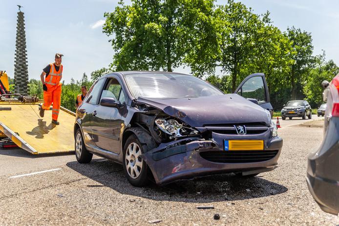 Het ongeval vond plaats op de kruising van de Statendamweg met de Bovensteweg in Oosterhout. Beide auto's moesten worden weggesleept.