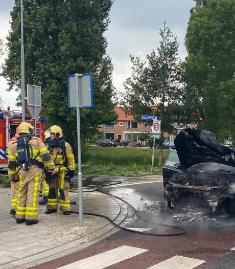 Auto vliegt in brand tijdens het rijden in Harderwijk