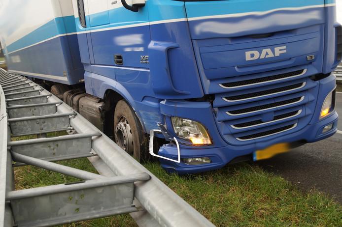 De vrachtwagenchauffeur verloor door onbekende oorzaak de macht over het stuur.