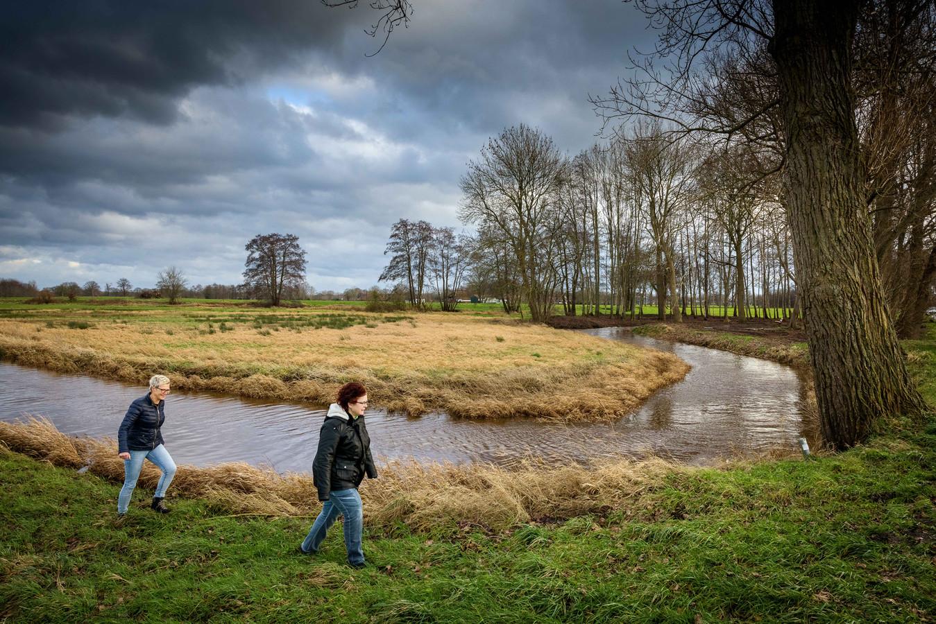 Greetje Kroonenburg (rechts) en Marga Prakken van stichting Ondernemend Reestdal bij het riviertje de Reest die loopt van Meppel naar Dedemsvaart. Ze willen het gebied op de toeristische kaart zetten.