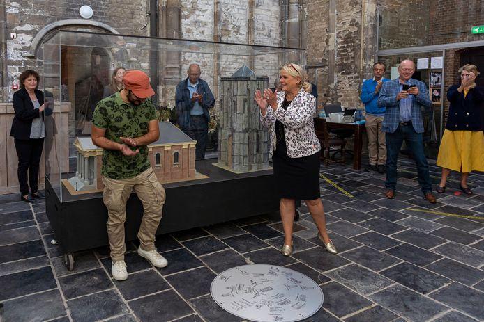 Wethouder Jacqueline van Burg (midden) bij de onthulling van een kunstwerk van Kianoosh Gerami (rode pet) in de Dikke Toren afgelopen september.