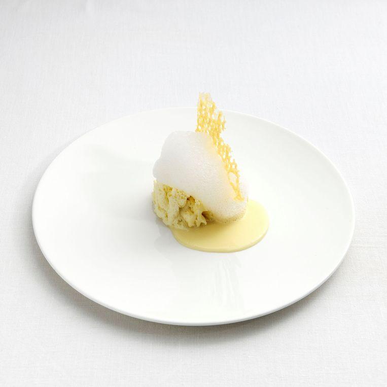 Bottura's 'Parmezaan op 5 manieren' waarin de kaas tegelijk knapperig, elastisch, romig, lopend en schuimend is.  Beeld rv