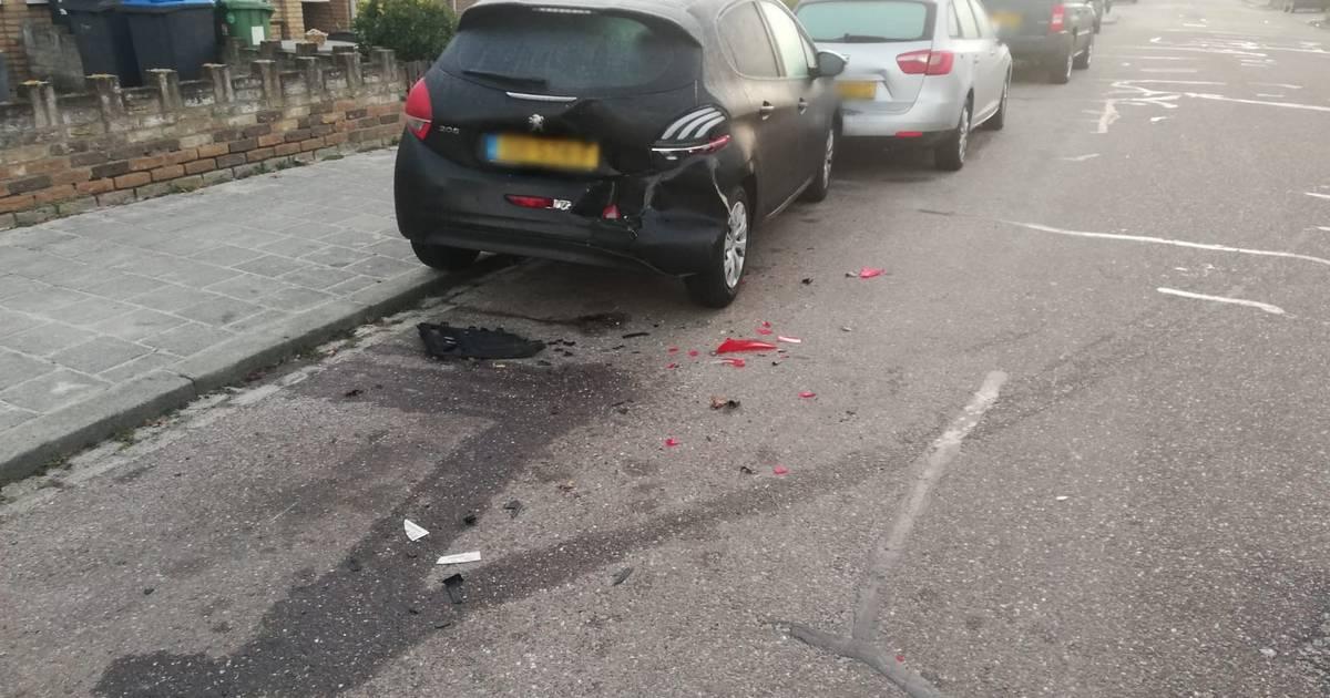 Zes autos beschadigd bij botsing in woonwijk in Den Bosch, bestuurder rijdt door.