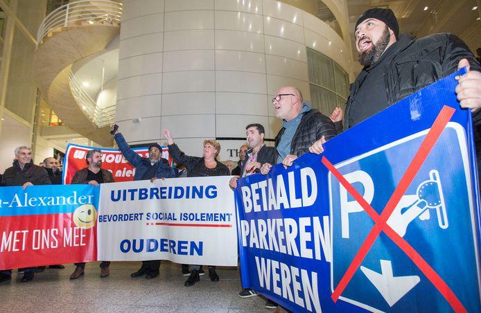 Tientallen bewoners protesteren in het stadhuis van Den Haag tegen de uitbreiding van betaald parkeren rond de Haagse Markt, in november 2017.