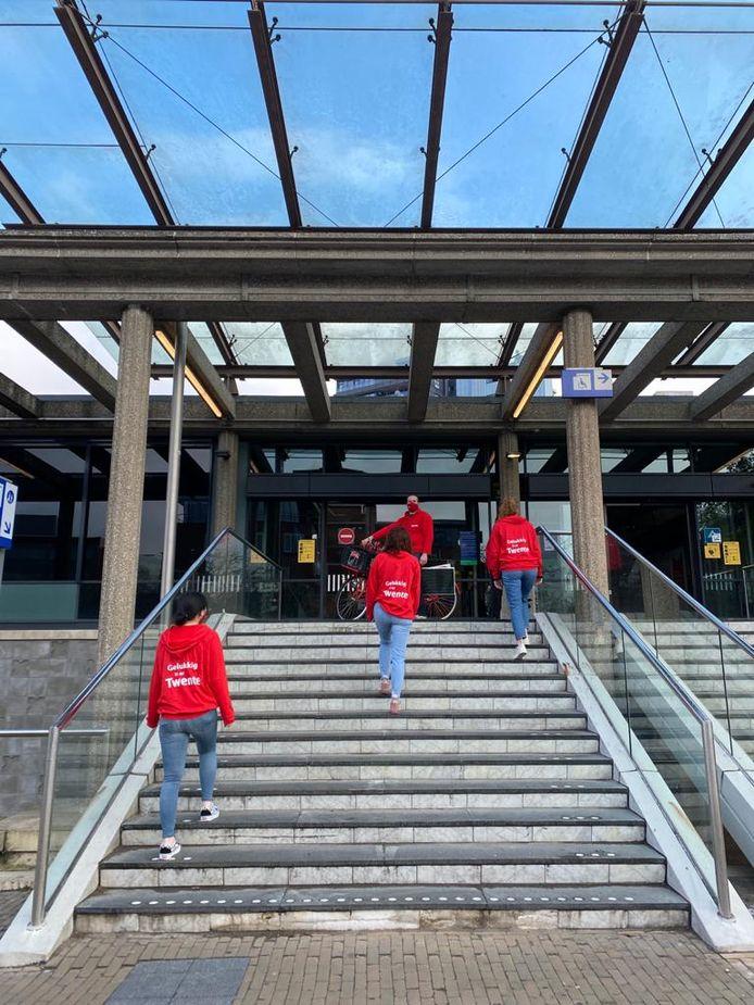 Leden van de Twente Board en Young Twente Board vertrekken vanaf station Enschede naar Den Haag, waar ze het nieuw te vormen kabinet oproepen om te investeren in de regio.