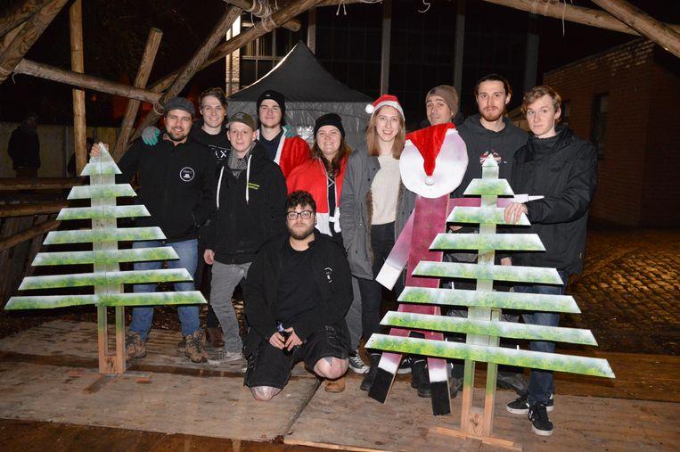 De organisatoren van jeugdhuis Stam X op hun locatie in de Sint-Amandstraat, waar de kerstmarkt plaatsvindt.