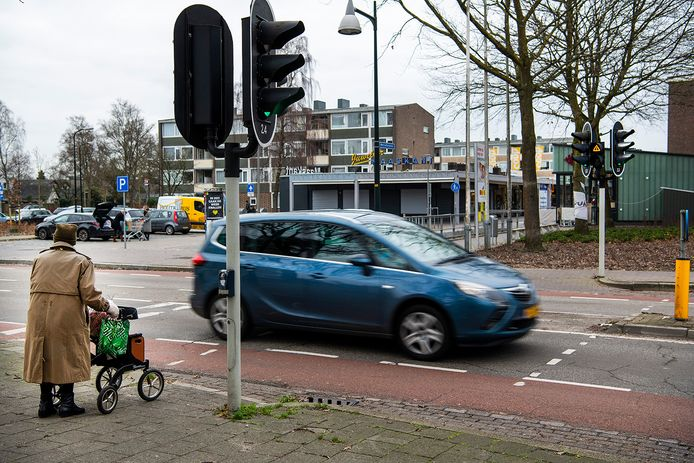 De oversteekplaats bij de Koninginnelaan, van en naar winkelcentrum Kerschoten.