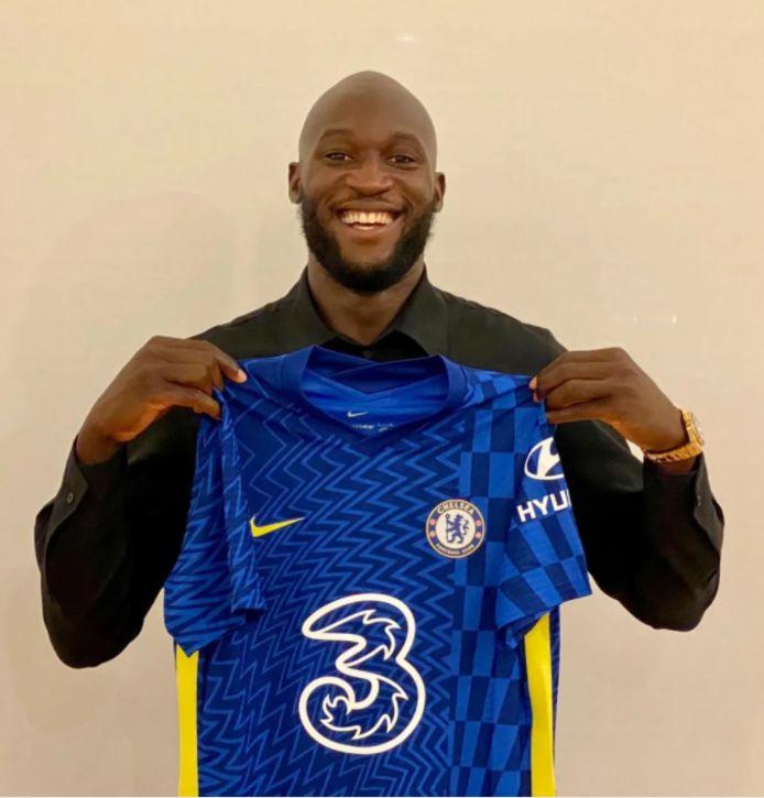 Romelu Lukaku poseert met Chelsea-shirt