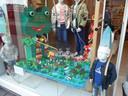 Werk van basisschoolleerlingen in etalages, hier bij Name It in de Hinthamerstraat
