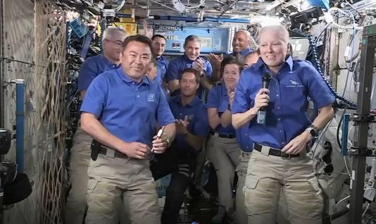 Shannon Walker en Akihiko Hoshide (links) nemen afscheid van het ISS.