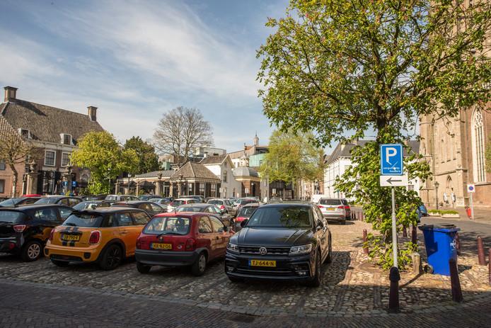 Ook met een parkeervergunning vinden bewoners van de Zutphense binnenstad vaak geen plek.  Het 's-Gravenhof bijvoorbeeld staat bijna altijd vol.