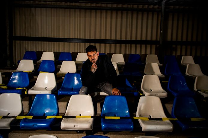 Voorzitter Dave Chong van vv Zuidland op een lege tribune, gisteravond tijdens de laatste wedstrijd.