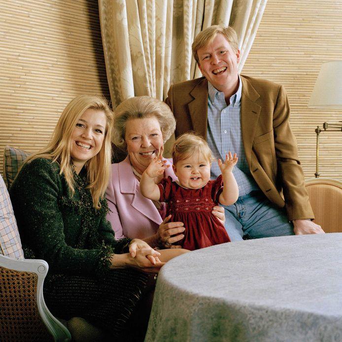 Bij oma Beatrix op schoot in 2004
