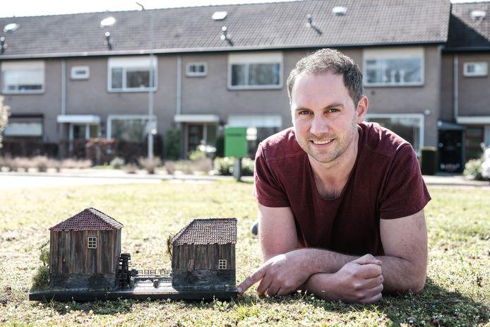 Ramon Vreeman met de maquette van de watermolen.