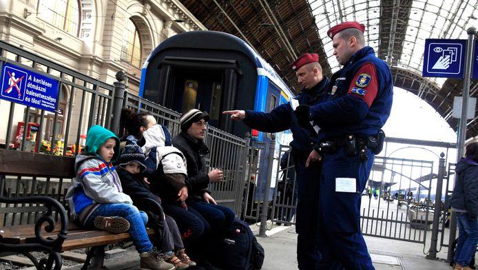 Hongaarse politieagenten checken de papieren van Kosovaarse vluchtelingen