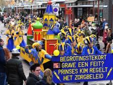 Met een lach op het gezicht feesten tijdens  de carnavalsoptocht: De regen deert niet