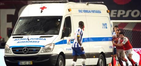 Topvoetballers helpen gestrande ambulance met geblesseerde collega uit de brand