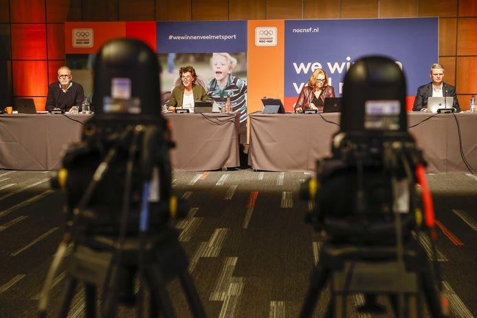 Algemeen directeur van NOC*NSF, Gerard Dielessen, Anneke van Zanen-Nieberg, Annette Mosman en John Bierling, zakelijk directeur (vlnr) tijdens een algemene vergadering.