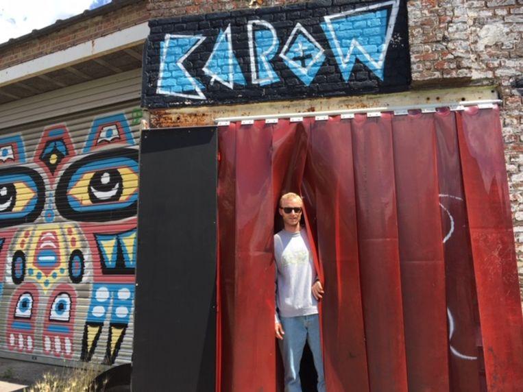 Matthias Hoogewys bij de ingang van het KAPOW-hoofdkwartier.