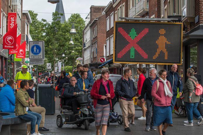 Eenrichtingsverkeer in de Raadhuisstraat.