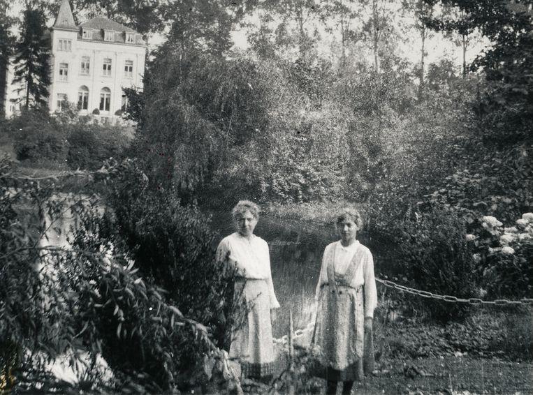 (Vermoedelijk) huispersoneel in de tuin en aan de vijver van kasteel Ten Berg.