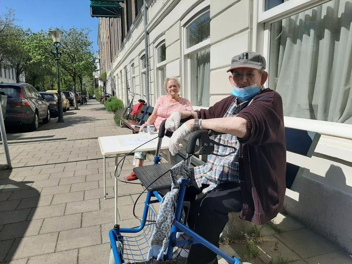 Arie Neijts uit Den Haag is 96 en genezen van corona. Hij is licht verstandelijk beperkt en woont in een beschermde woonvorm van Middin in de Soendastraat in Den Haag. Daarachter zijn zus Nel.
