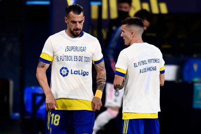Spelers van Cadiz protesteren voor het duel met Real Madrid tegen de Super League: 'Voetbal is van iedereen', staat er op hun shirts.