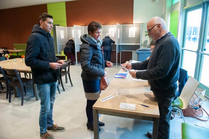 Kiezers in het stembureau in Haaften, waar bewoners stemmen voor de verkiezingen bij de herindeling van West-Betuwe