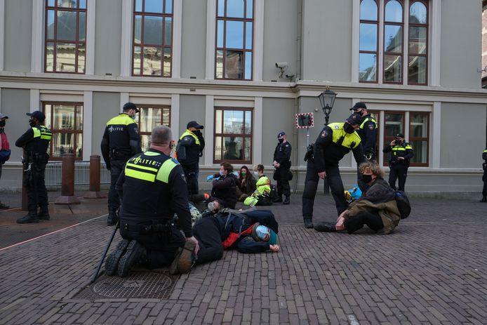 Demonstranten blokkeren de ingang van het Binnenhof.
