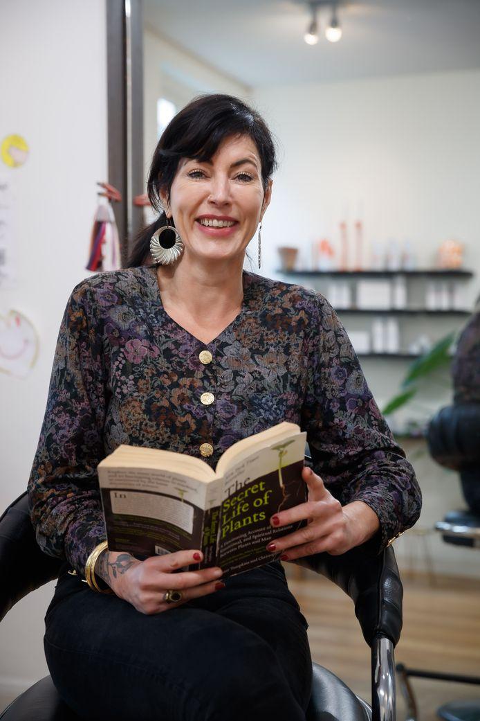 Angela van der Roest uit Breda houdt van tweedehands kleding en meubels.