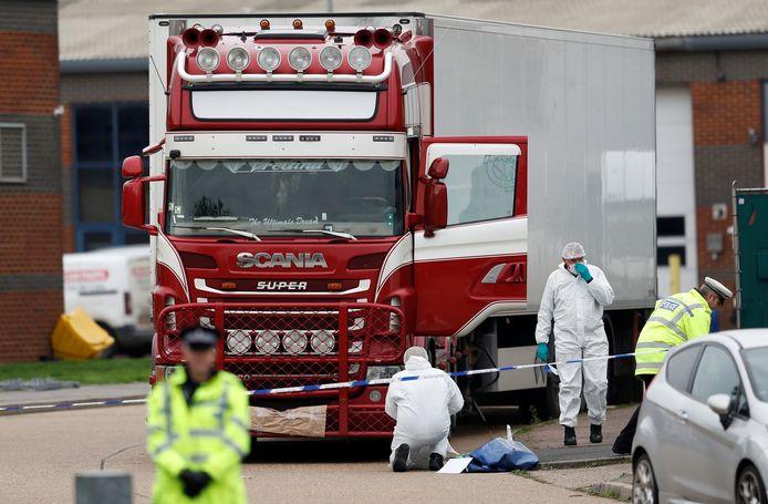 De trailer in het Britse Grays waarin twee jonge migranten alsnog de dood vonden.  Een eerdere poging van de Vietnamezen om naar Engeland te reizen strandde in Hoek van Holland. De chauffeur van die vrachtwagen is veroordeeld tot 3,5 jaar celstraf.