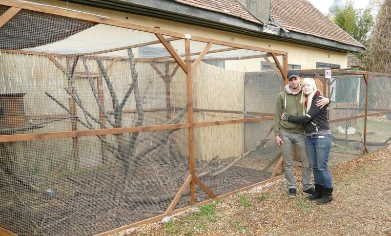 Sharon en Guy bij een van de kooien van hun dierenopvangcentrum in Erdosmecske. Nu de vergunning binnen is, kunnen ze binnenkort officieel een zoo openen.