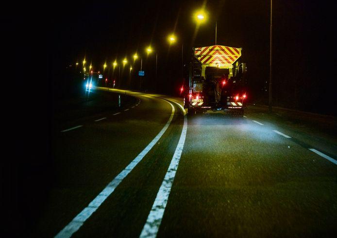 Strooiwagen aan het werk op de A58 vanuit Oirschot. Archieffoto ter illustratie