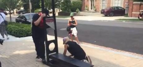 """Une guillotine devant la maison de Jeff Bezos: """"Cet homme gagne 4.000 dollars par seconde"""""""