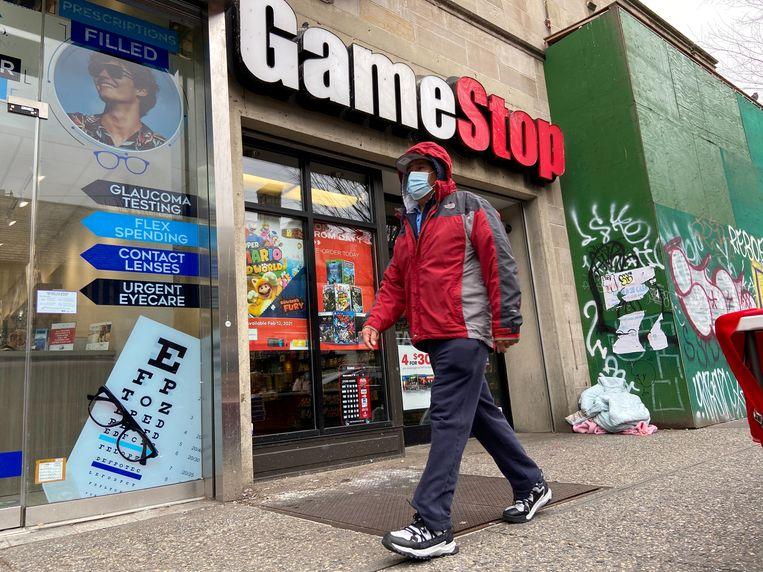 Een man loopt voor een GameStop-winkel in de wijk Jackson Heights in New York City. Beeld REUTERS