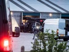 Politie beukt drugslab binnen met gepantserde bus, arrestant verstopt zich in plafond