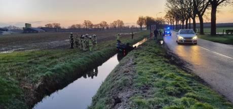 Auto belandt in de sloot in Renswoude, bestuurder gewond