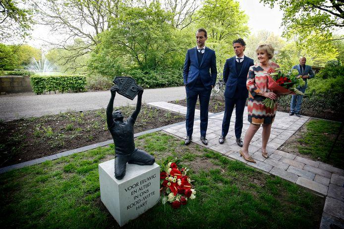 Marijke Hobbij en Jean Paul de Jong onthullen het monument op het veldje. Links: speler Willem Janssen.