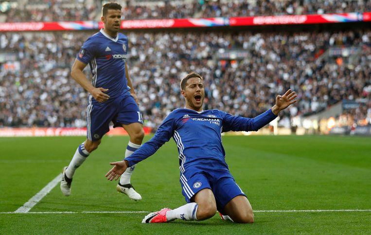 Eden Hazard glijdt over het gras in Wembley. Beeld Photo News