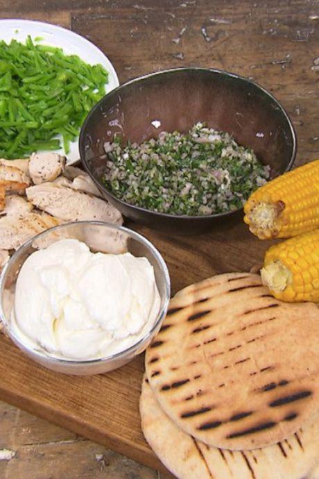 Recept van vandaag: Gegrilde kip met groene salsa en pita's