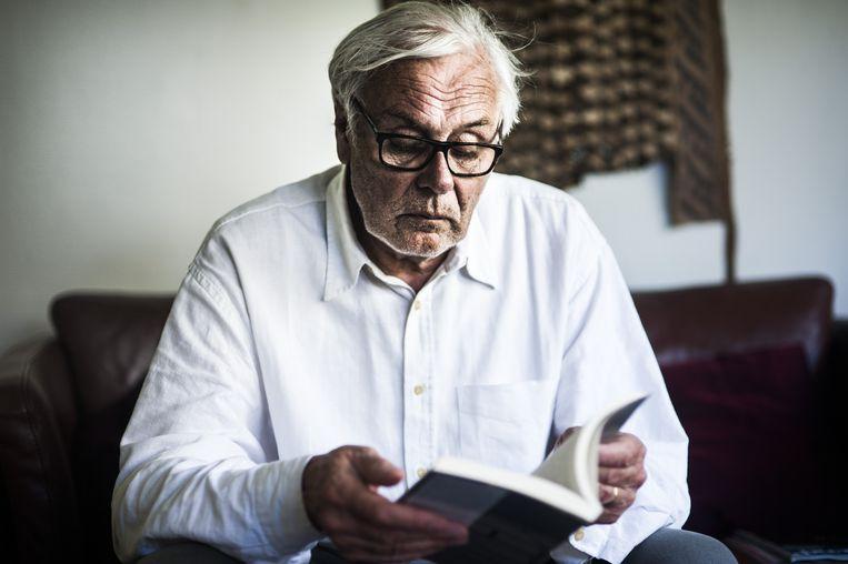 Johan de Vos met zijn boek dat deze week aanleiding gaf tot een spoeddebat in <br />de gemeenteraad van Sint-Niklaas. Beeld Pieter Bogaerts