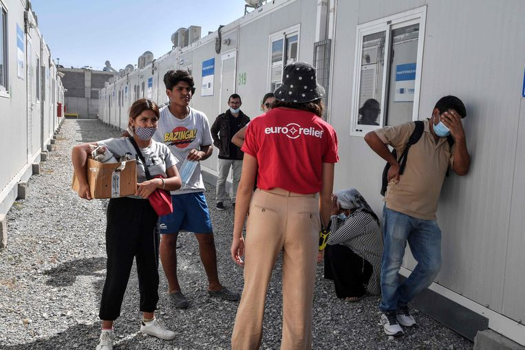 Een Syrisch gezin wacht op opvang in het nieuwe vluchtelingenkamp op Samos, het eerste van vijf nieuwe
