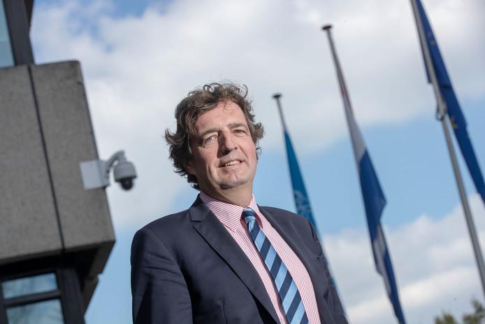 Burgemeester René Verhulst van Ede voelt zich geen sheriff, maar hij heeft er geen moeite mee een vuist te maken tegen de georganiseerde criminaliteit.